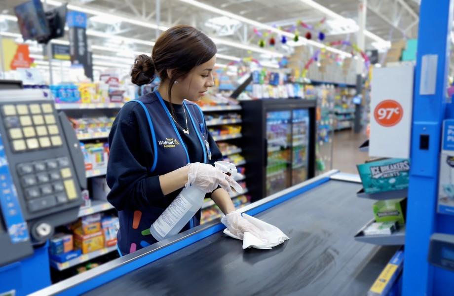 Как Walmart  сохраняет количество покупателей, предотвращая коронавирус